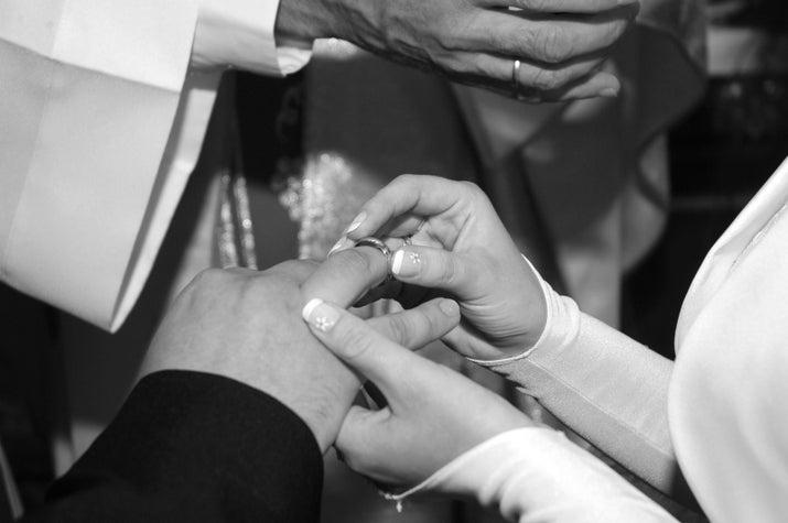 """As alianças de casamento têm uma origem um pouco menos assustadora.As alianças eram usadas no anular, pois se acreditava que este dedo tinha uma veia que ia direto até o coração. Em latim, esta veia era chamada de """"vena amoris"""", que significa a veia do amor."""