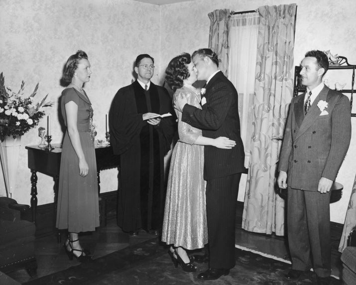 """Era costume para um padre, após realizar uma cerimônia de casamento, dar um """"beijo de paz"""" sagrado no noivo, que passava o beijo para a noiva. Depois o clérigo beijava todas as madrinhas e padrinhos. Praticamente um beijaço na igreja."""