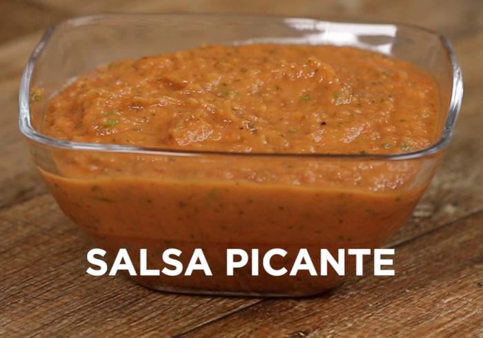 Você vai precisar: 3 cebola cortadas em quartos6 tomate cortados em quartos e sem semente2 colheres de sopa de azeite1 colher de sopa de ciboulette picada1 colher de chá de orégano secoSal a gostoPimenta do reino a gosto1 colher de chá de vinagre de vinho tinto1 colher de sopa de molho de pimenta picante Modo de preparo:1. Preaqueça o forno a 200°C.2. Distribua a cebola e o tomate cortados sobre uma assadeira e regue com azeite. Leve ao forno por 15-20 minutos ou até estarem macios.3. Transfira para o liquidificador, adicione ciboulette, orégano, sal, pimenta, vinagre e molho de pimenta. Bata até ficar homogêneo. 4. Sirva com chips da sua escolha.