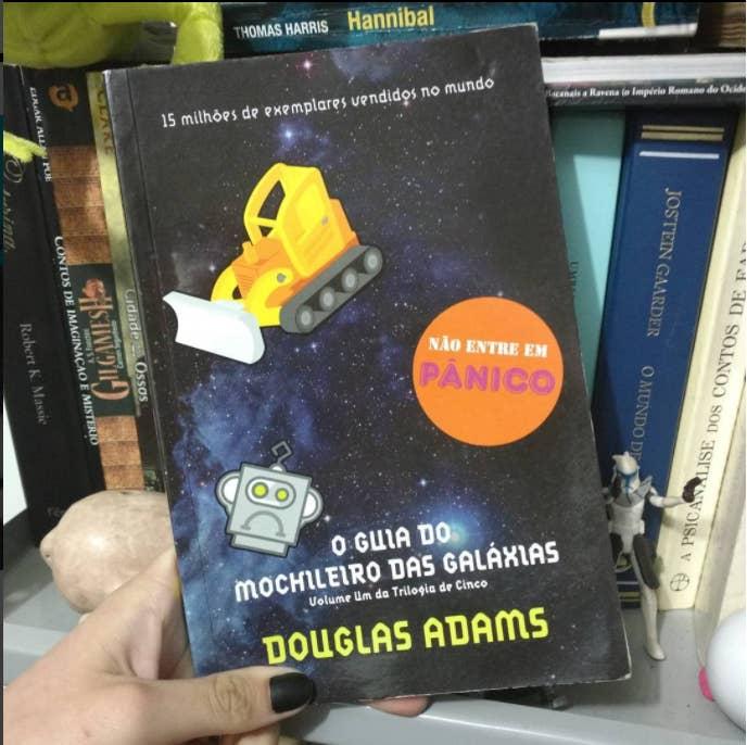 """Arthur Dent estava de boas vivendo sua vida quando, de repente, a casa dele e o planeta Terra inteiro são destruídos e ele é obrigado a lidar com todo o resto do universo. Isso incluindo um monte de gente absolutamente doida, seres estranhos e viagens por planetas jamais imaginados. O leitor viaja de graça e se diverte a valer. Este é um clássico do universo nerd e apenas o primeiro livro de uma sequência com mais quatro obras: """"O Restaurante no Fim do Universo"""", """"A Vida, o Universo e Tudo Mais"""", """"Até mais, e Obrigado pelos Peixes!"""" e """"Praticamente Inofensiva""""."""