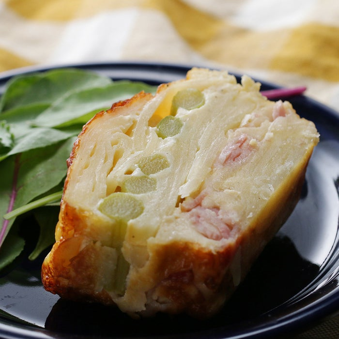 断面が美しいりんごのケーキ「ガトー・インビジブル」をお食事ケーキにアレンジ!オーブンにおまかせの焼きっぱなしレシピは、ゆったりと時間が流れる休日の朝にぴったり。ぜひ作ってみてくださいね♪