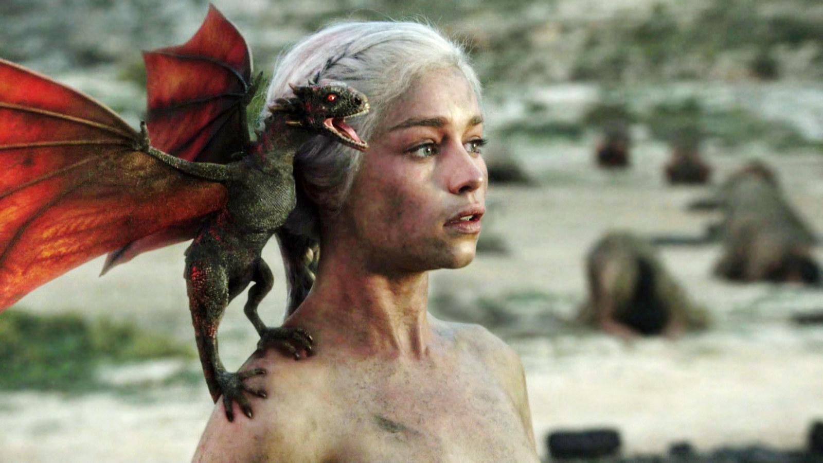 特に主要人物の「ドラゴンの女王」ことデナーリス・ターガリエンが率いる3匹のドラゴンたちは、最高に美しくてかっこいいです。