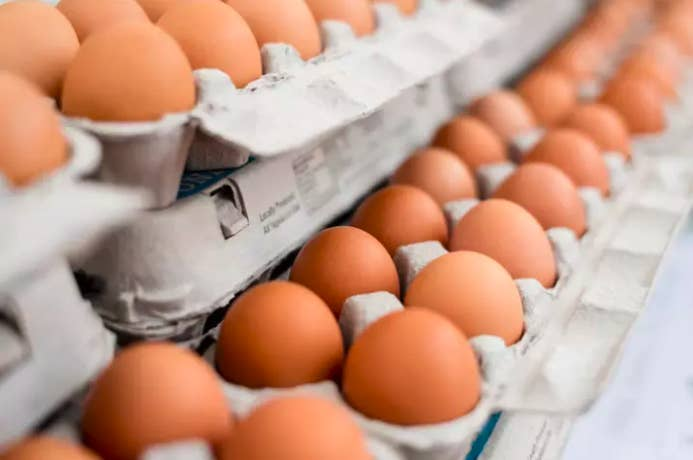 En España los huevos no son lavados y pueden mantenerse fuera de la nevera en un lugar fresco y seco.