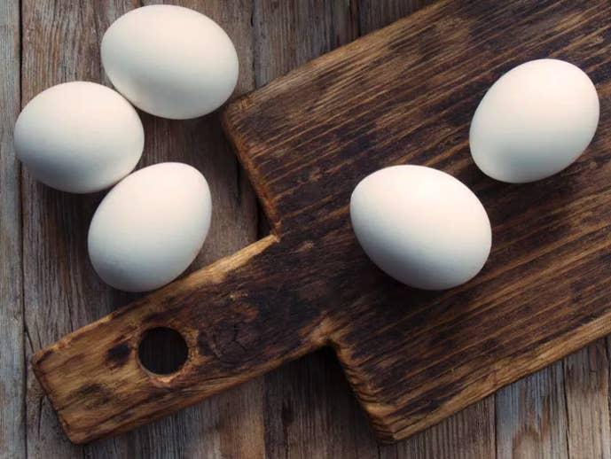 Los huevos americanos parecen retocados con Photoshop y hay una razón para ello. Todos han sido limpiados y desinfectados antes de ser vendidos y tienen que mantenerse en la nevera.