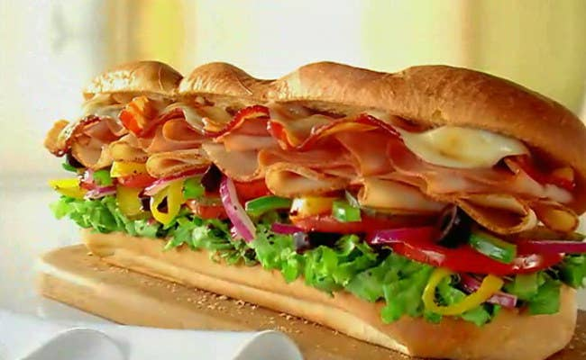 Pan más blando que crujiente y una cantidad ingente de ingredientes generalmente, algo de carne, tomate, cebolla y unas hojas de lechuga, aderezados por una salsa: ya sea mostaza, ketchup o queso fundido.