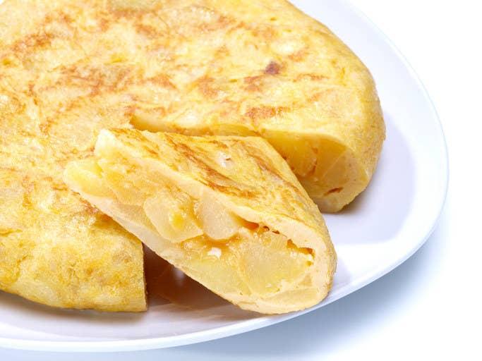 """Si en España dices """"tortilla"""" todos sobrán que te refieres a una tortilla de patatas. La duda viene justo después: ¿con o sin cebolla? Y así comenzó la segunda guerra civil en el país."""