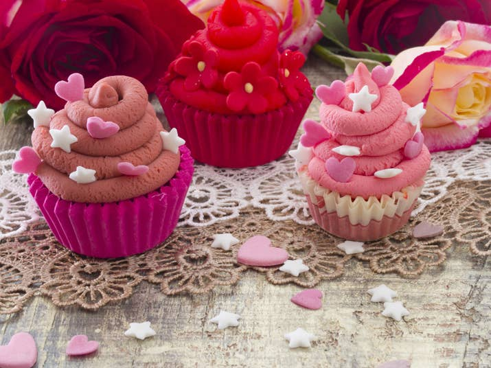 Cupcakes o muffins; tienen azúcar en cantidades industriales, mucha más mantequilla, suelen llevar cosas encima y en el caso de los cupcakes toneladas y toneladas de frosting para darles millones de formas y colores diferentes.