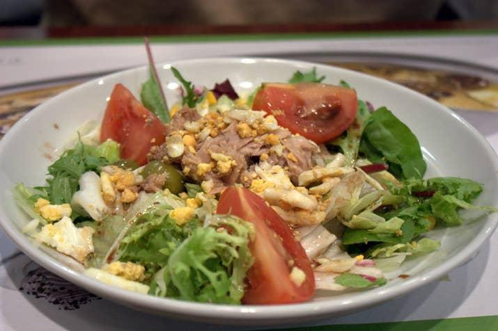 La ensalada mixta es la ensalada por excelencia de la gastronomía española. Lechuga, tomate, cebolla, huevo, atún y, en ocasiones, espárragos componen esta pieza clave de los entrantes en España.