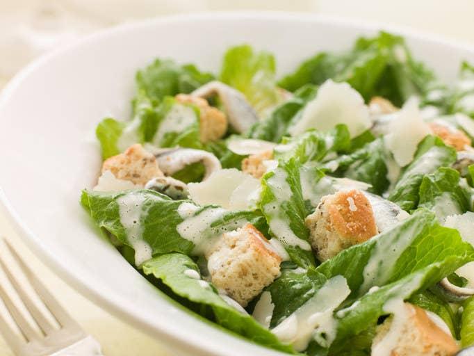 La ensalada norteamerciana por excelencia es la ensalada César. Lechuga romana, picatostes, parmesano y salsa César. A veces también le añaden un poco de pollo, aunque la ensalada César original no lo lleva.