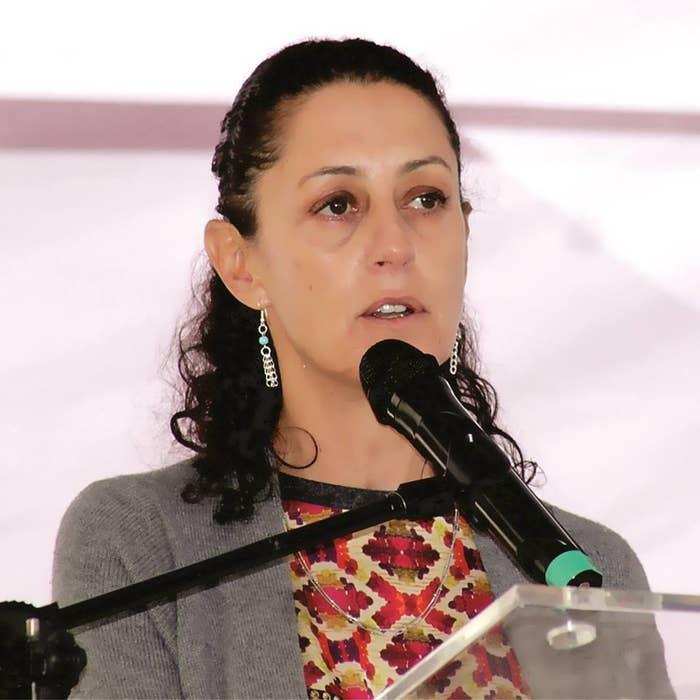 Ella es Claudia Sheinbaum, una académica y política mexicana.