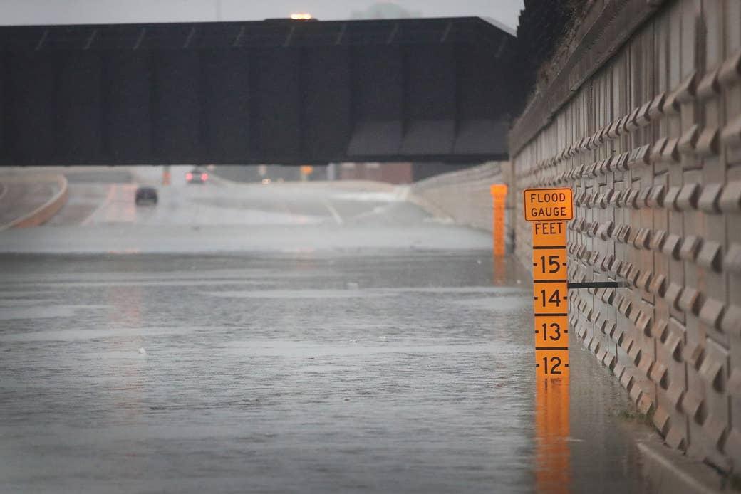 Un medidor muestra la profundidad del agua en un paso de la Interestatal 10 en Houston, que resultó inundado a causa del huracán Harvey, el 27 de agosto de 2017.