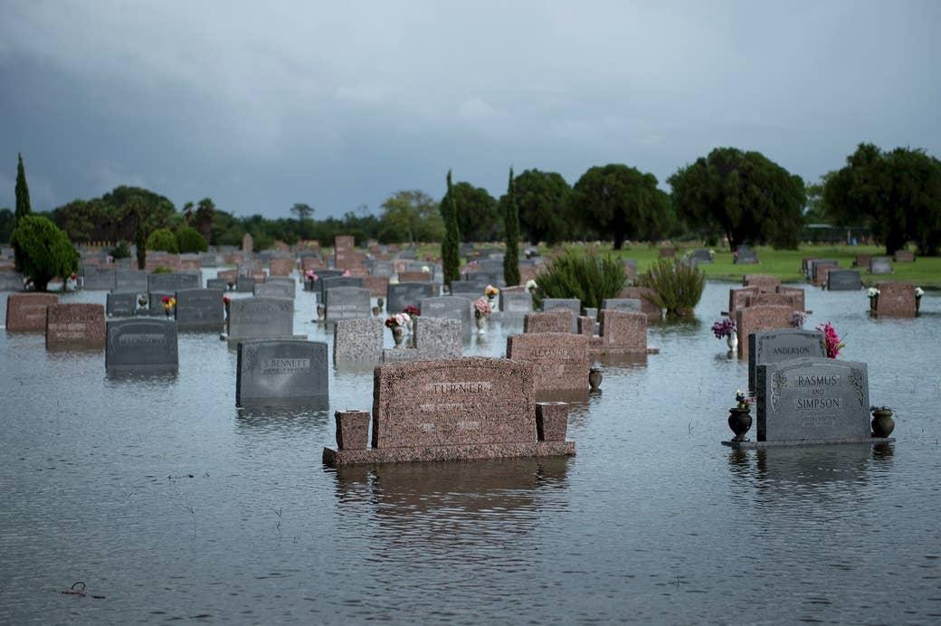 Un cementerio se inunda luego del paso del huracán Harvey, el 27 de agosto de 2017, en Pearland, Texas.
