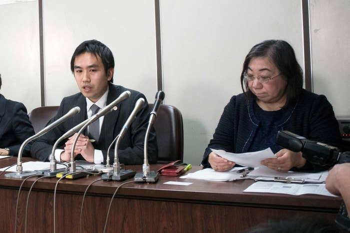 母親側の代理人・萩原得誉弁護士(左)と清田乃り子弁護士(右)、2017年1月26日撮影