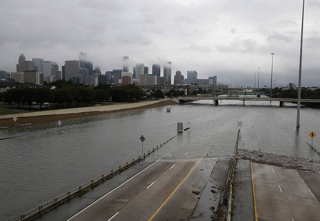 La silueta del centro de Houston y la autopista 288 inundada, el 27 de agosto de 2017, mientras la ciudad lucha con la tormenta tropical Harvey y las inundaciones resultantes.