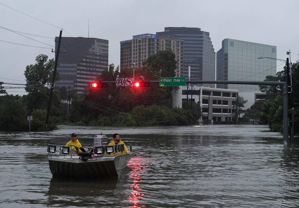 Grupos de rescate buscan personas necesitadas de ayuda luego de que el huracán Harvey causara fuertes inundaciones en Houston, Texas, el 27 de agosto de 2017.
