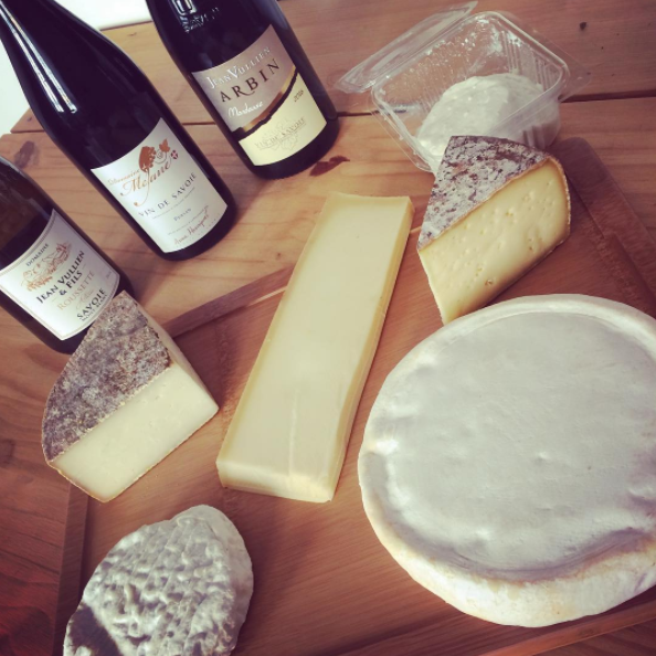 Des fromages étranges avec des formes bizarres, des croûtes épaisses et plein de moisissures.