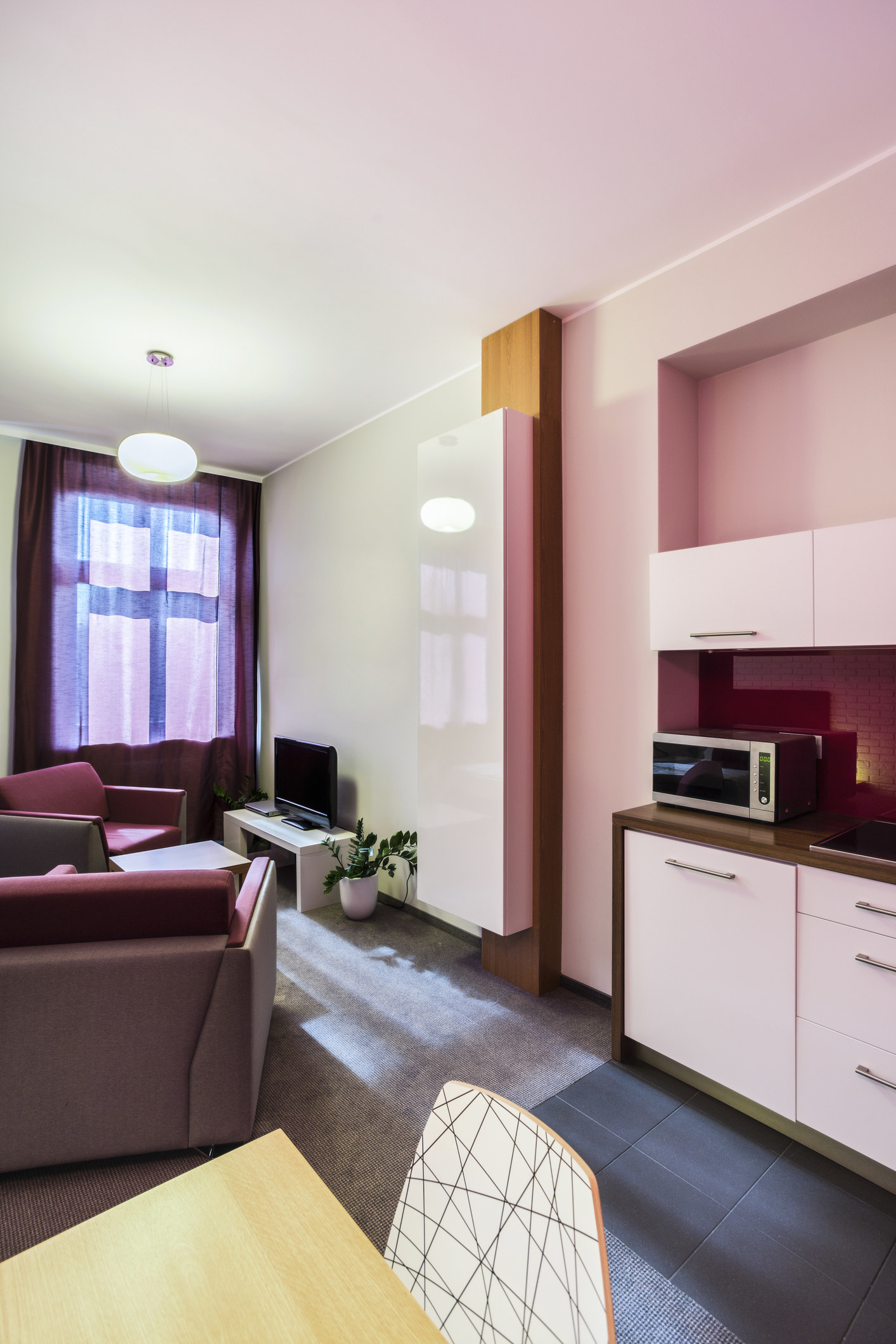 24 tricks um deine kleine wohnung so viel gr er erscheinen zu lassen. Black Bedroom Furniture Sets. Home Design Ideas