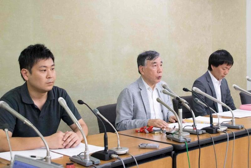 厚労省で記者会見した遺族側代理人の弁護士たち(中央が川人博弁護士)