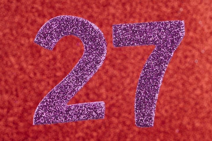 La adaptación para televisión del libro fue transmitida en 1990. 27 años más tarde, en 2017, acaban de estrenar la nueva película en el cine. Otro dato curioso es que en el libro se menciona que Pennywise regresa cada 27 años. Por otro lado, tristemente, el actor Jonathan Brandis, quien interpreta la versión infantil de Bill en la primera adaptación, se suicidó a los 27 años. Y, coincidentemente, Bill Skarsgård (Pennywise) cumplió 27 años recientemente.