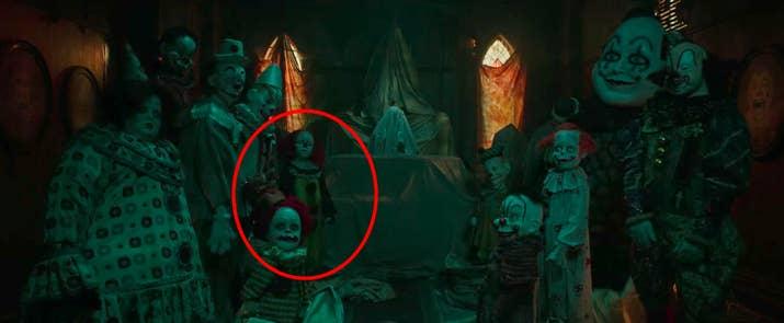 Entre todos los aterradores payasos, a la izquierda aparece uno muy similar al intepretado por Tim Curry en la miniserie de 1990.