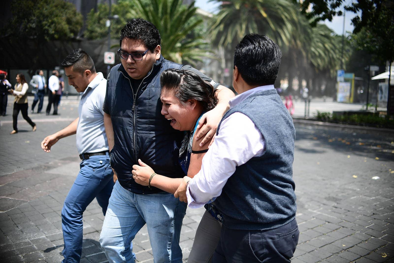 La gente estalla en pánico luego de que el terremoto sacudiera a la Ciudad de México.