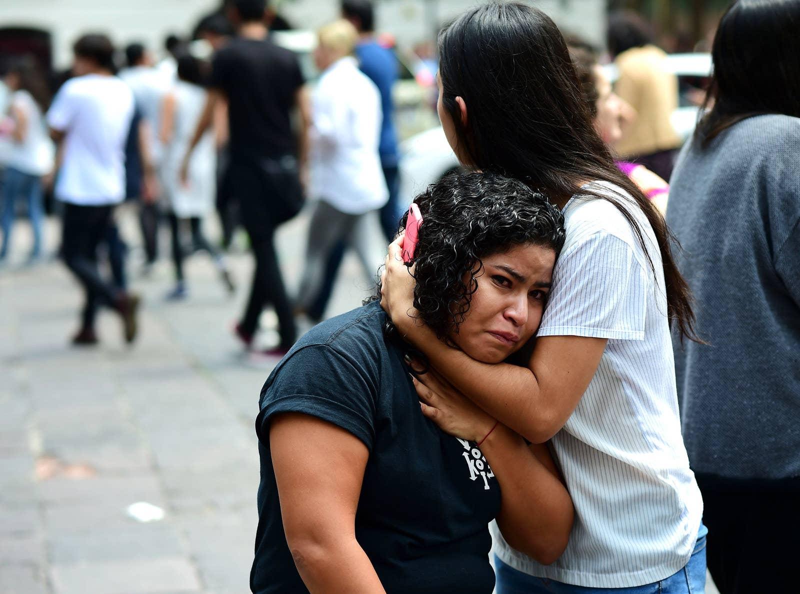 La gente no puede contener el llanto luego de que el terremoto sacudiera a la Ciudad de México