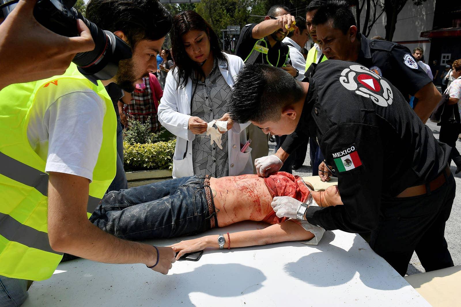 Una mujer es atendida luego de resultar herida durante el terremoto en la Ciudad de México.