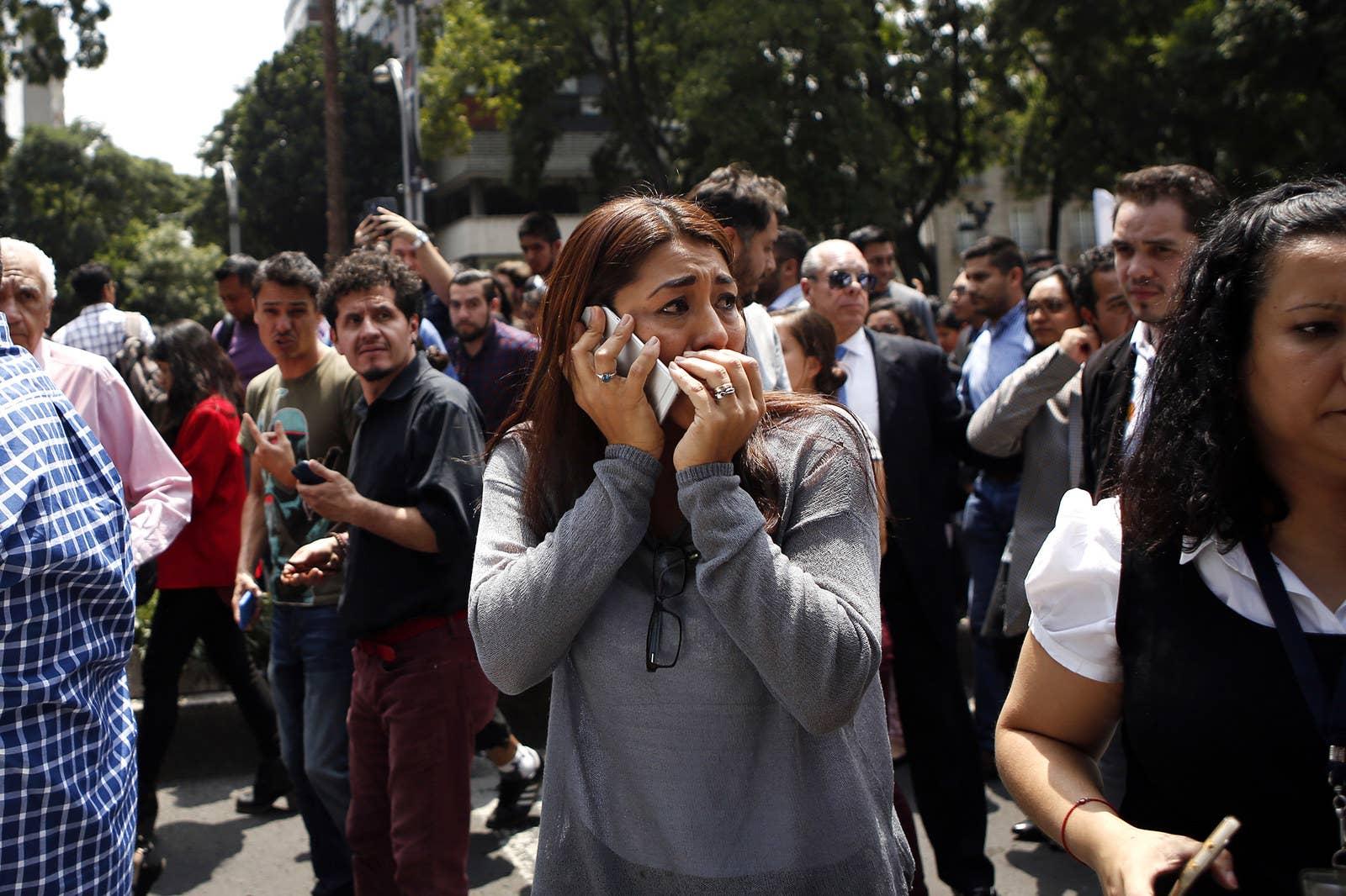 La gente fue evacuada de un edificio de oficinas en la Avenida Reforma de la Ciudad de México.