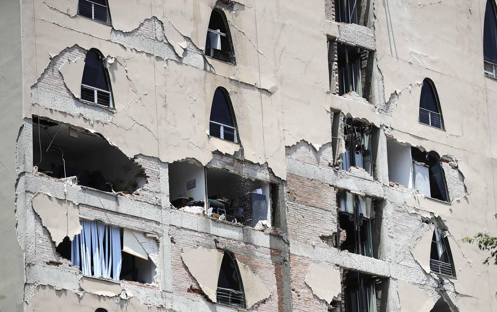 Restos de un edificio dañado permanecen en pie luego del terremoto.