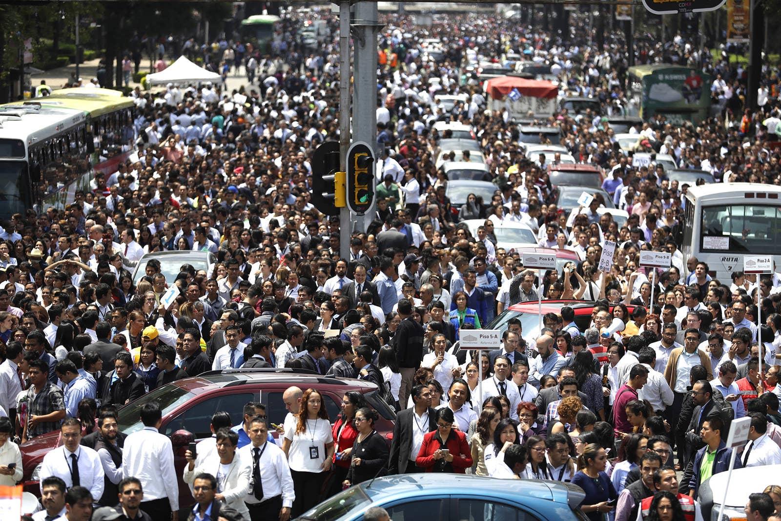 Personas evacuadas de edificios de oficinas se reúnen en la Avenida Reforma luego del terremoto en la Ciudad de México.