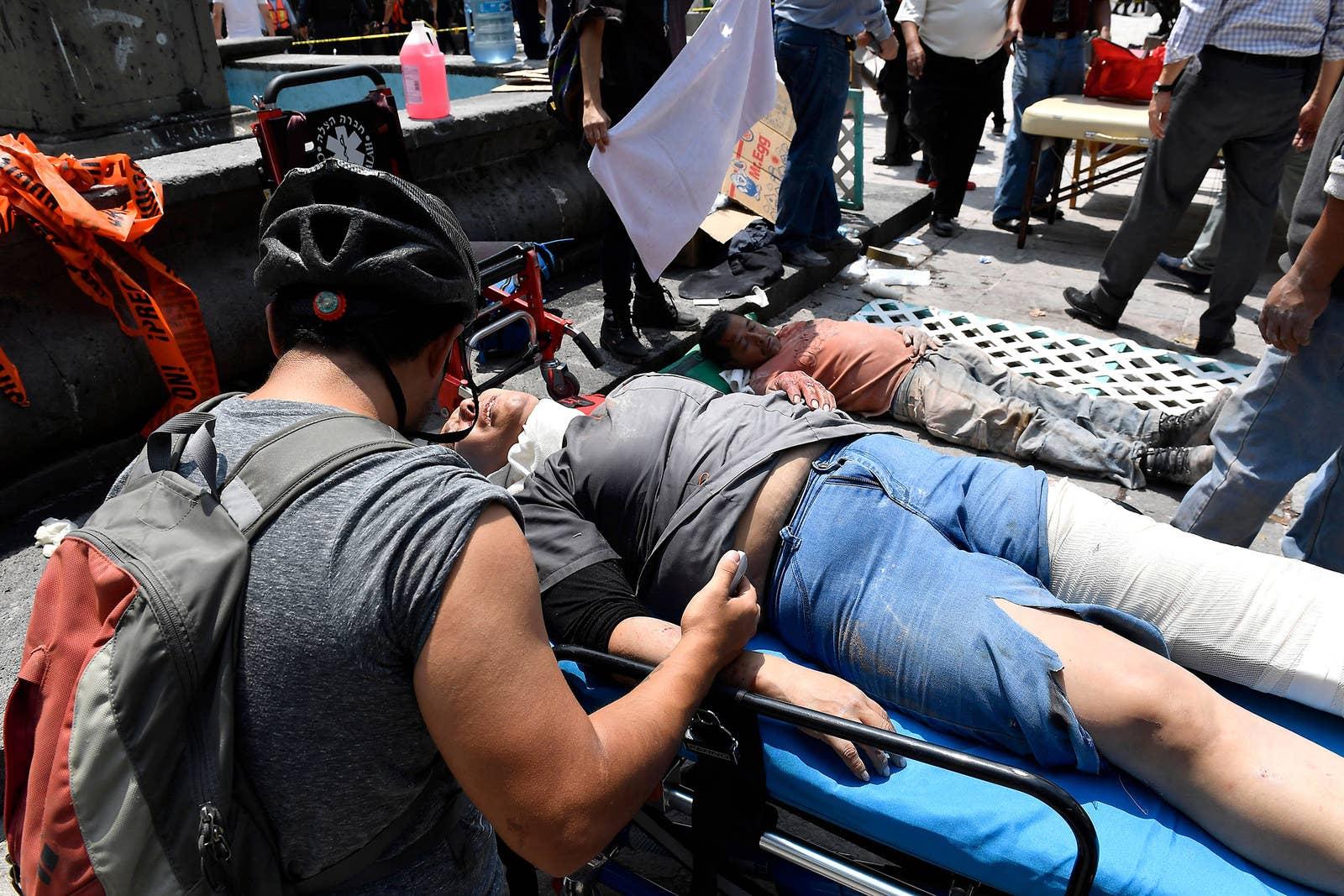 Una mujer es atendida luego de resultar herida durante el terremoto.