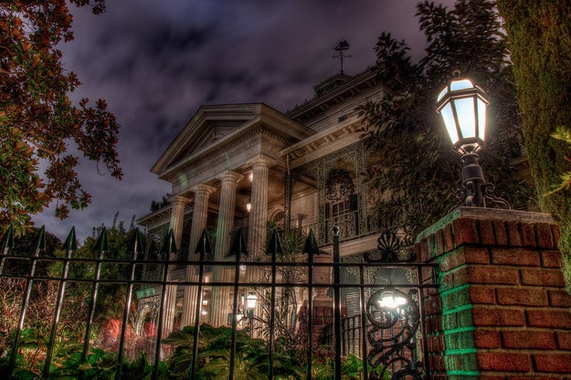 Disney employees occasionally catch people scattering the ashes of loved ones around various rides and attractions, including the Haunted Mansion at Disneyland. 💀
