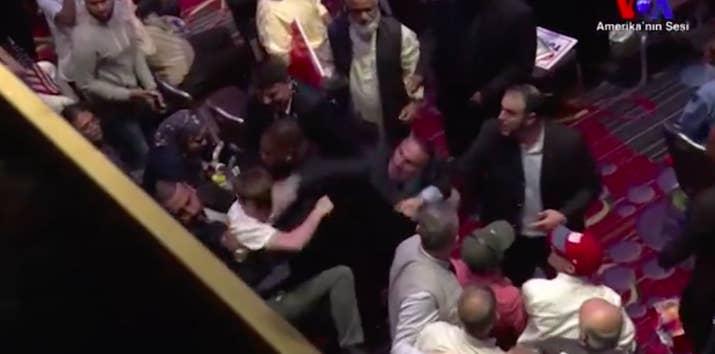 """""""Ty jsi terorista. Vypadni z mé země!"""" Kamera zaznamenala potyčku při projevu Erdogana v New Yorku"""