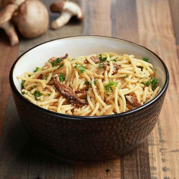 4 porçõesVocê vai precisar de:340g de espaguete225g (3 xícaras) de cogumelo shiitake, cortado em fatias finas3 colheres de sopa de azeite de oliva1/2 colher de chá de páprica defumada1/2 colher de chá de sal1/4 colher de chá de pimenta65g (1/2 xícara) de caju, colocado de molho na noite anterior60mL (1/4 xícara) de azeite de oliva)80mL (1/3 xícara) de leite não lácteo sem açúcar 3 dentes de alho, picados1 1/2 colher de sopa de levedura nutricional1 1/2 colher de sopa de suco de limão1/2 colher de chá de pimenta1 colher de chá de sal1/4 colher de chá de páprica salsa fresca, para quando for servirModo de preparo:1. Preaqueça o forno a 190°C.2. Cozinhe o macarrão de acordo com as instruções do pacote.3. Coloque os cogumelos, o azeite, a páprica defumada, o sal e a pimenta em uma tigela média.4. Disponha a mistura em uma assadeira forrada com papel vegetal e asse por 7 minutos. Vire os cogumelos e asse por mais 7 a 8 minutos, ou até eles ficarem crocantes e marrons. Reserve5. Para o molho, misture os cajus, o azeite de oliva, os dentes de alho, a levedura nutricional, o leite, o suco de limão, a pimenta, o sal e a páprica em um liquidificador ou processador de alimentos. Misture até ficar suave e cremoso.6. Escorra o macarrão e depois coloque-o novamente na panela.7. Acrescente o molho e mexa até que o macarrão esteja bem coberto pelo molho.8. Acrescente o bacon de cogumelo à mistura.9. Salpique salsa.10. Bom apetite!Inspirado por:https://wellandfull.com/2017/03/a-really-good-vegan-carbonara/