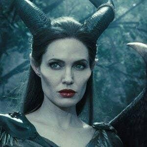 """""""Por supuesto, nadie puede negar que Angelina Jolie en el papel de Maléfica siempre será una de las villanas más atractivas de la historia. En serio: ¿quien puede llevar esos grandes cuernos y esos pómulos tan raros y seguir estando sexy y buenorra a la vez?—iamsupermiko2"""