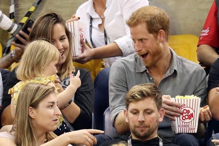 女孩趁哈利沒注意狂偷吃爆米花 他發現後做出超萌回應!網笑翻:是叛國罪?