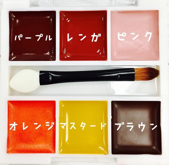 上のパープル・レンガ・ピンクはリップに。下のオレンジ・マスタード・ブラウンはリップとアイシャドウとして使用できます。