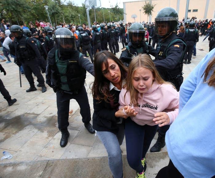Altercado entre la policía y la población en el exterior del colegio electoral de Sant Julia de Ramis.