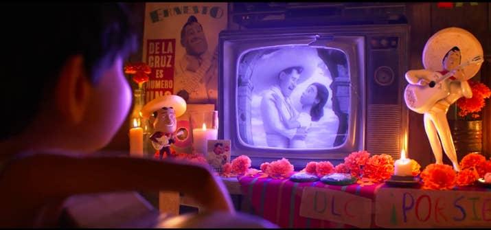 A pesar de eso, no se ven celulares ni tecnología moderna porque querían que la película se viera atemporal. Los elementos que aparecen en el ático de Miguel son cosas viejas que uno tendría tiradas y olvidadas en su casa.