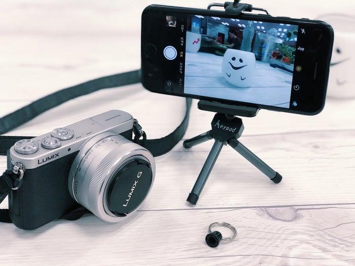 カメラも取り付けられる三脚は、ひとつ持っておくとかなり便利です。動画を撮るときの手ブレも防げますし、タイムラプスも綺麗に撮れます。もちろん、集合写真を撮影する時にも使えます。