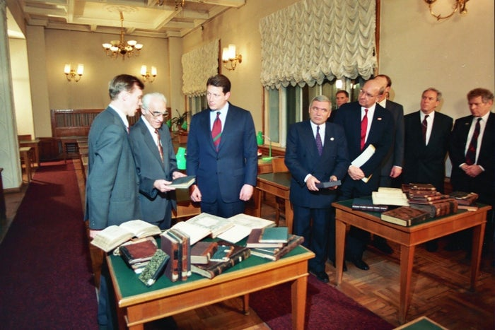 Vice President Al Gore views books from the contested Chabad collection at the Russian State Library in Moscow in 1993. The US government has supported Chabad's claim to the texts.