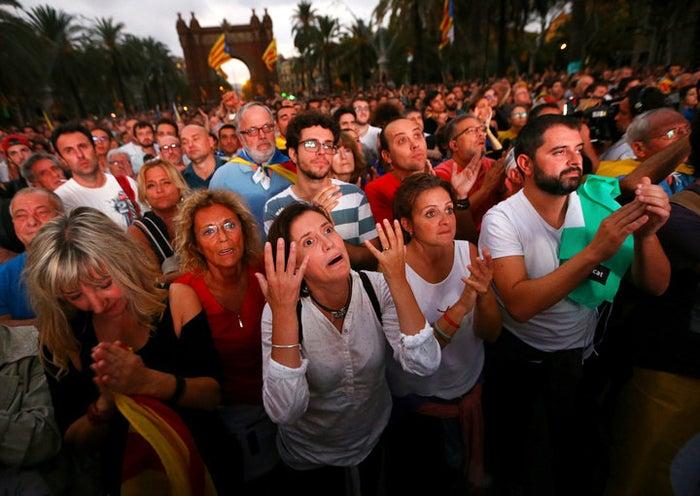 Las fotos fueron tomadas por el fotógrafo Iván Alvarado para Reuters en una concentración donde estaban viendo en directo las declaraciones de Puigdemont.