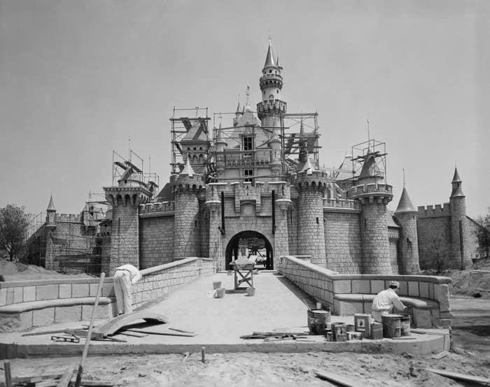 記念すべき初日、ディズニーランドの施設はまだ4分の3しかできていなかったんです! アメリカカリフォルニア州にある元祖ディズニーランドはディズニー初のテーマパークで、フロリダ州のディズニーワールドができたのはもっと先の1971年のことでした。建設作業員は7月のオープン日まで何もできないんじゃないかと心配して、工事期間延長を要求したのですが、会社の上層部に拒否されていました。なのでトゥモローランドを歩いていたゲストは、野ざらしの空き地に行き着いたり、できかけの乗り物を発見したりしてました。このオープニングの模様はTV中継されて、推定7000万人がそれを見ていたんですが、TVではそんなこと微塵も伝わりませんでした。ちなみにその中継番組の司会は、当時まだ俳優だったロナルド・レーガンでした。