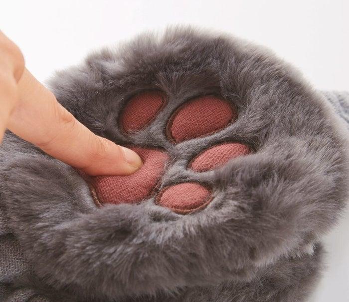 イヤマフの耳当て部分は、ネコの手をイメージしたもふもふの生地で、プニプニ素材の肉球も付いています。