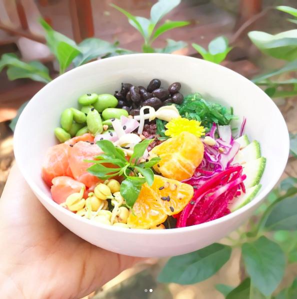 En réalité les bowls se déclinent en spécialité: Buddha bowl, veggie bowl, smoothie bowl et le bien-nommé... poké bowl. Encore une «tendance» venue de loin bien qu'elle existe depuis longtemps. De Hawaï, pour être précise. Originellement, il est composé de thon rouge cru, d'avocat, d'algues, de noix de cajou, de mangue, de gingembre et de riz. Depuis, il a été décliné à toutes les sauces.