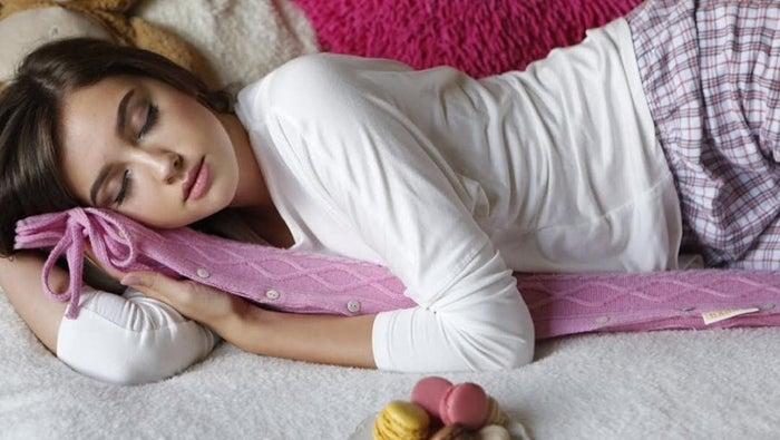 それが、こちら。抱き枕のようにして全身を温められる、長ーい湯たんぽです。「YuYu Bottle(ユーユーボトル)」といって、2011年にイギリスで生まれた商品です。