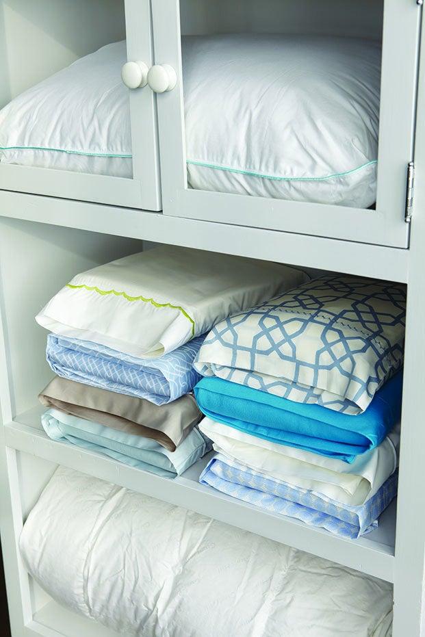 Dobre seus lençóis e ponha-os dentro da fronha. Economiza muito espaço e não deixa o armário bagunçado.—niknak119