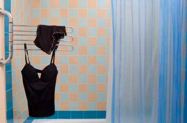 Toda uma técnica para tomar banho sem molhar as benditas calcinhas.