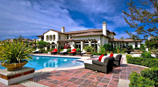 Also, a couple of other details suggest that this is actually an old picture and not Photoshopped at all. Firstly, that pool is not Khloé's. This is Khloé's backyard: