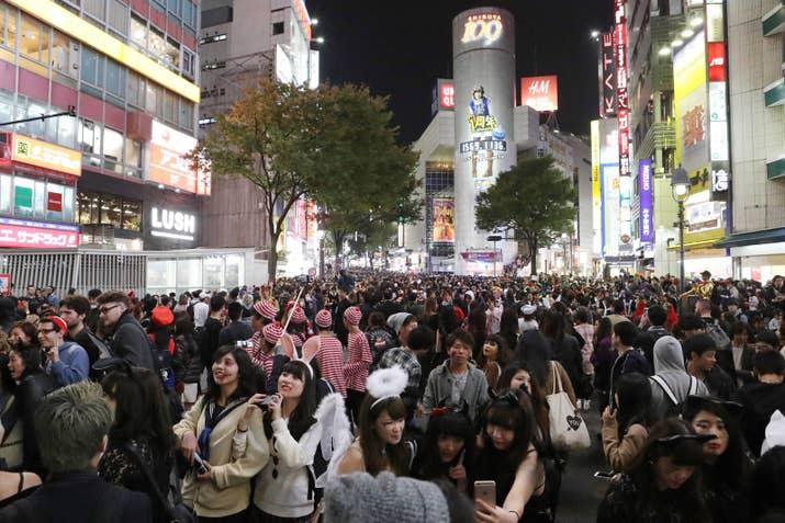 年盛り上がりを見せるハロウィンイベント。昨年、人でごった返した渋谷エリアでは、過剰に混雑するトイレが問題となりました。理由は人の多さに加え、トイレの個室を利用した「着替え」です。